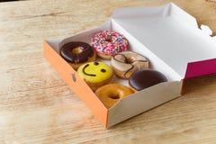 在箱子的油炸圈饼 免版税库存图片
