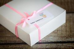 在箱子的法国macarons 库存图片