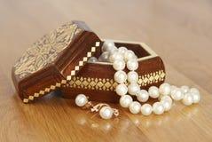 在箱子的珍珠小珠 免版税库存照片