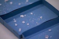 在箱子的盐水晶 免版税库存图片