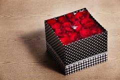 在箱子的红色玫瑰有圆环的 图库摄影