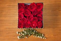 在箱子的红色玫瑰 免版税图库摄影