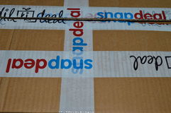 在箱子的网上购物站点商标 库存图片
