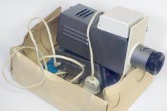 在箱子的老幻灯机 免版税图库摄影