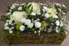 在箱子的花的布置 免版税图库摄影