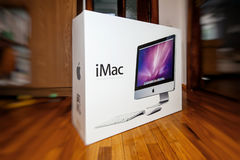 在箱子的苹果计算机iMac计算机在门前面 免版税库存照片