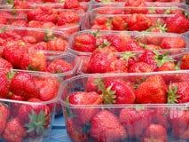 在箱子的草莓在市场上 库存照片