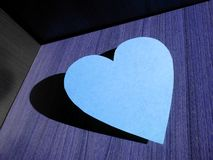 在箱子的蓝色心脏 库存图片
