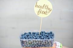在箱子的蓝莓有贴纸的 免版税图库摄影