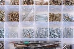 在箱子的螺丝有螺丝刀和钳子的在白色 图库摄影