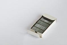 在箱子的订书机导线在白色背景 免版税库存图片