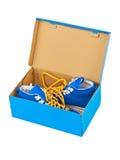 在箱子的运动鞋 免版税图库摄影