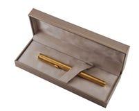 在箱子的金黄笔 免版税库存照片