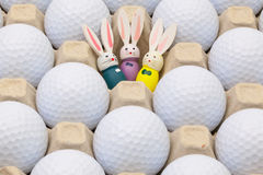 在箱子的高尔夫球鸡蛋和复活节装饰的 免版税图库摄影