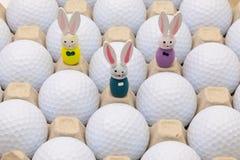 在箱子的高尔夫球鸡蛋和复活节装饰的 免版税库存图片