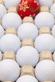 在箱子的高尔夫球鸡蛋和复活节装饰的 库存照片