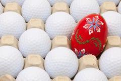 在箱子的高尔夫球鸡蛋和复活节装饰的 免版税库存照片