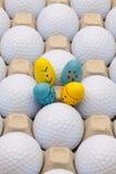 在箱子的高尔夫球鸡蛋和复活节装饰的 库存图片