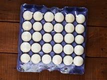 在箱子的鸡蛋, 30个lu鸡蛋,白色鸡怂恿,怂恿用不同的概念, 库存照片