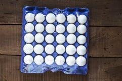 在箱子的鸡蛋, 30个lu鸡蛋,白色鸡怂恿,怂恿用不同的概念, 免版税图库摄影