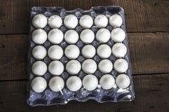 在箱子的鸡蛋, 30个lu鸡蛋,白色鸡怂恿,怂恿用不同的概念, 免版税库存图片