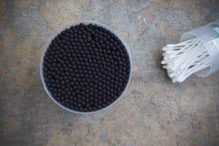 在箱子的黑棉花耳朵棍子 免版税库存图片