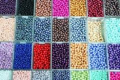 在箱子设置的多彩多姿的被分类的小珠 库存照片