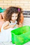 在箱子附近的哀伤的女孩有玩具的 免版税库存图片