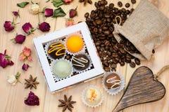 在箱子,一个帆布袋子用咖啡豆, d的可口块菌 免版税库存照片