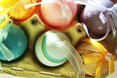 在箱子5的五颜六色的鸡蛋 免版税库存照片