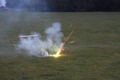 在篝火的夜烟花 库存图片
