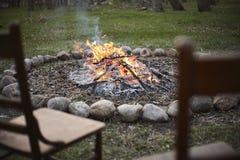 在篝火的椅子 免版税库存图片