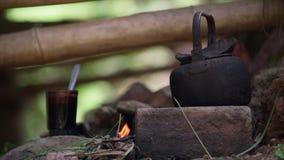 在篝火的老水壶 影视素材