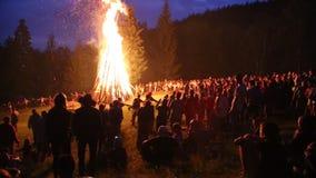 在篝火附近的人们庆祝伊冯Kupala天宴餐  影视素材