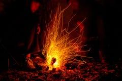 在篝火附近的特写镜头人减慢快门图片 库存照片