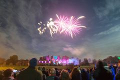 在篝火11月庆祝, Kenilworth城堡,英国第4的人观看的烟花显示  免版税库存照片