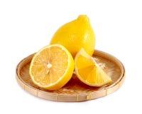 在篮子健康食物演播室的柠檬被隔绝在白色 库存照片