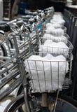 在篮子关闭的充分的雪掩盖的自行车停车处 库存图片