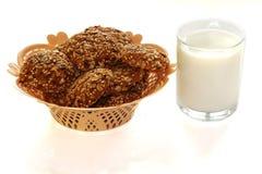 在篮子和一杯的曲奇饼牛奶 免版税库存照片