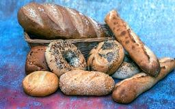在篮子和卷分类的面包 图库摄影