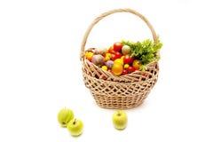 在篮子和果子-李子,蕃茄,苹果,荷兰芹的菜-素食主义者的食物 库存图片