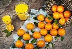在篮子和汁液的桔子 免版税库存图片