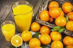 在篮子和汁液的桔子 免版税图库摄影