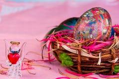 在篮子和玻璃天使的装饰复活节彩蛋与心脏 图库摄影