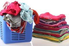 在洗涤前后的衣裳 库存照片