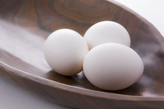 在篮子土气木头的鸡蛋 库存图片
