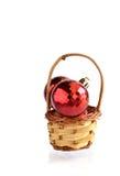 在篮子圣诞节装饰的球 库存照片