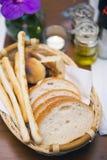 在篮子开胃菜的面包在晚餐前 库存照片