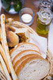 在篮子开胃菜的面包在晚餐前 免版税库存照片