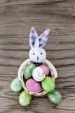 在篮子收集的五颜六色的复活节彩蛋 库存图片